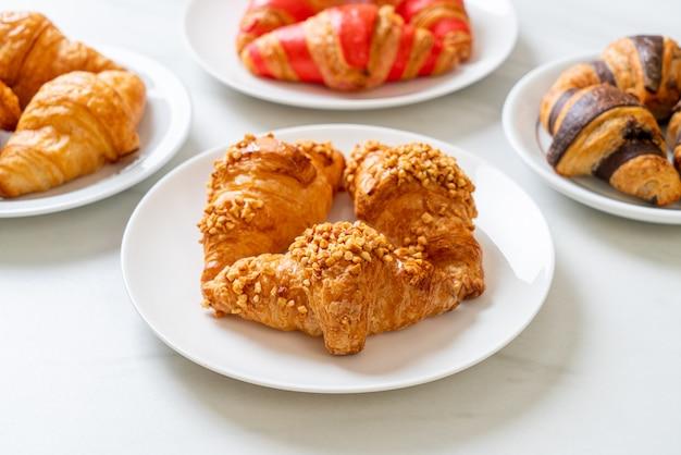 Croissant fresco con arachidi su piatto