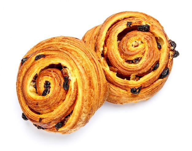 Cinnabones danesi freschi su fondo bianco
