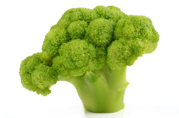 Broccoli freschi e deliziosi isolati
