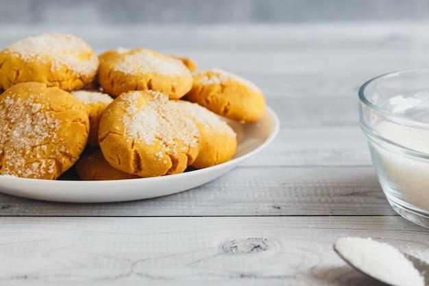 Deliziosi biscotti freschi chiamati fatti con zucchero bianco, farina di mais e olio d'oliva. biscotto di farina.
