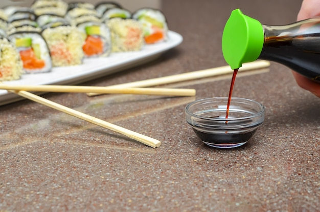 Sushi giapponese delizioso fresco con avocado, cetriolo, gamberetti, primo piano.