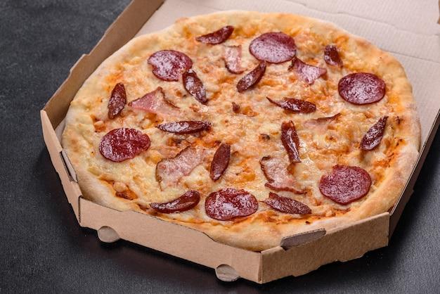 Deliziosa pizza fresca fatta nel forno a focolare con quattro tipi di carne e salsiccia. cucina mediterranea
