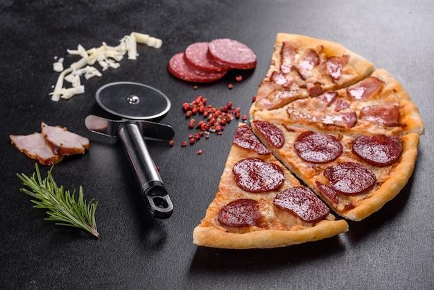Deliziosa pizza fresca fatta in un forno a focolare con quattro tipi di carne e salsiccia. cucina mediterranea