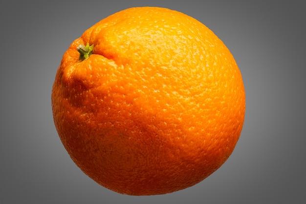 Fresco delizioso singolo frutto arancione isolato su sfondo grigio con tracciato di ritaglio