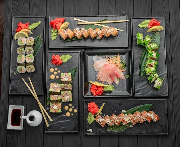 Sushi fresco e delizioso impostato sulla superficie nera. cibo giapponese