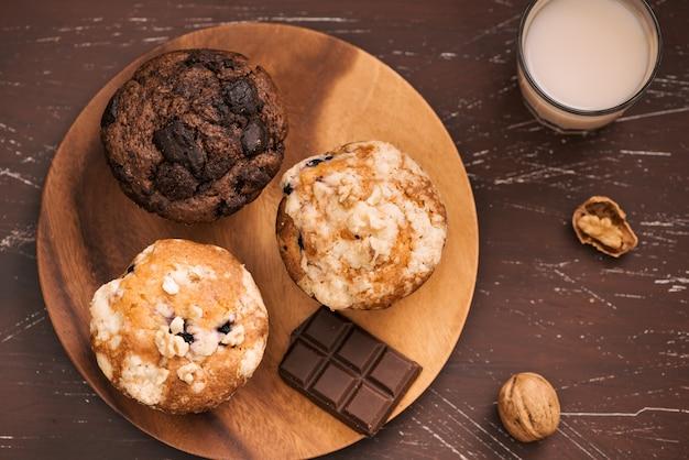 Muffin fatti in casa freschi e diversi sul tavolo