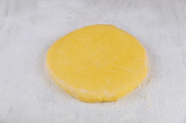 Pasta fresca per cuocere i biscotti fatti in casa