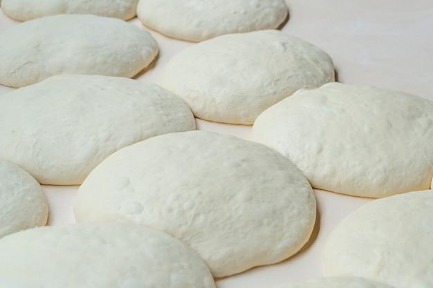 Impasto fresco alla piastra, pizza, pane georgiano, shoti