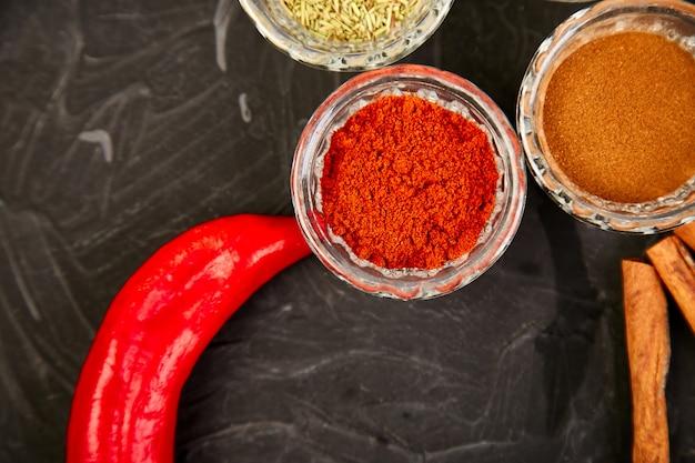 Erbe aromatiche e spezie fresche e secche