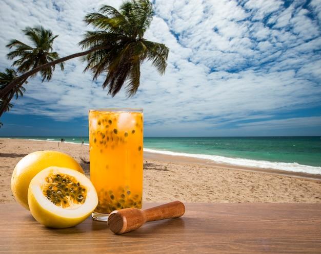 Bevanda fresca a base di frutto della passione caipirinha in spiaggia