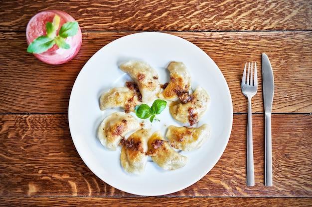 Gnocchi freschi serviti su piatto bianco