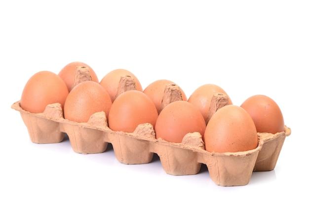 Uova fresche su cartone