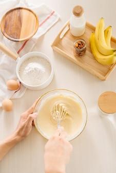 Uova fresche latte e farina sulla tavola bianca
