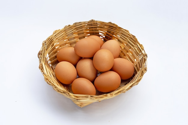 Uova fresche sulla superficie bianca