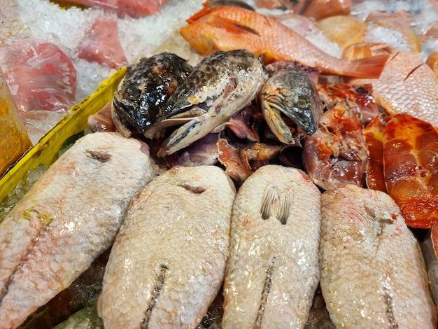 Pesce fresco in vaschette di ghiaccio nel mercato del fresco