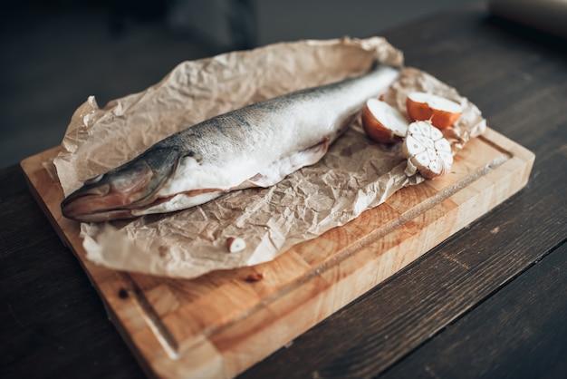 Preparazione di pesce fresco sul tagliere, primo piano