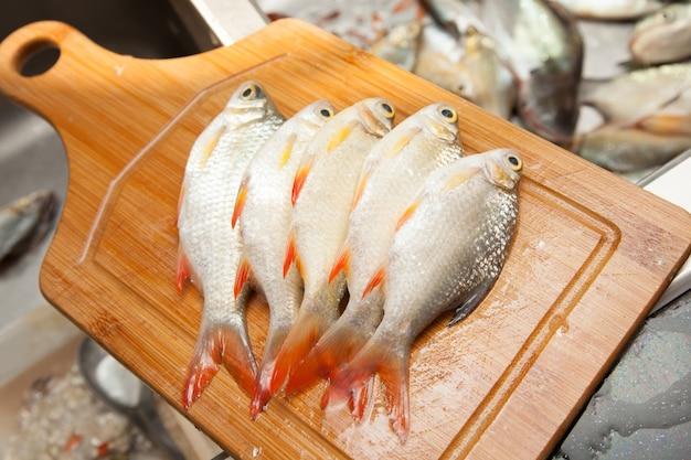 Pesce fresco in preparazione per la cottura