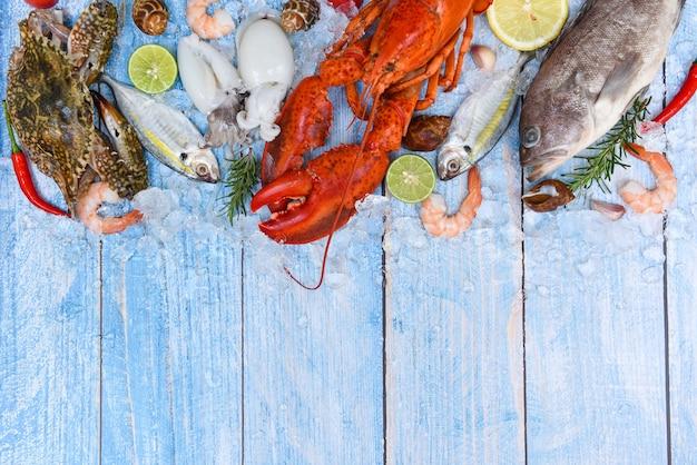 Piatto di pesce e frutti di mare freschi su assi di legno blu