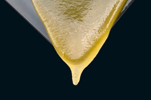 Dal piatto scorre miele di fiori freschi. cibo biologico vitaminico