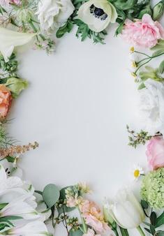 Cornice di fiori freschi su sfondo bianco