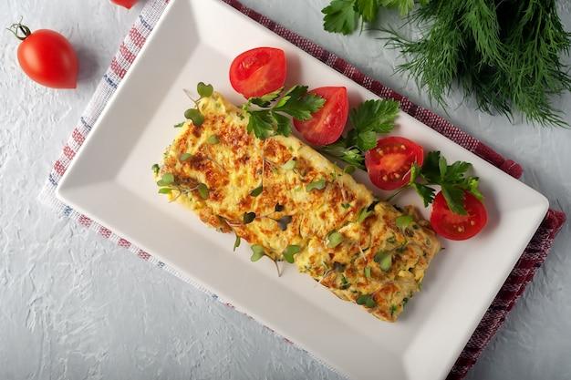 Frittata francese fresca con cibo vegetariano di verdure fresche?