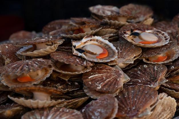 Capesante francesi fresche su un mercato dei frutti di mare a dieppe france