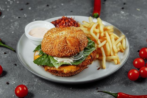 Hamburger di pesce fresco e fritto con verdure