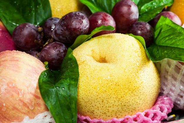Frutta fresca nel cesto su sfondo bianco.