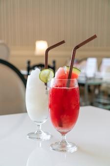 Cocktail di frutta fresca con cannucce