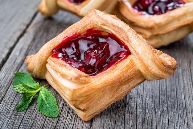 Crostata di frutta fresca con marmellata di frutti di bosco, menta su fondo di legno. deserto. mattina sana colazione e cena serale.
