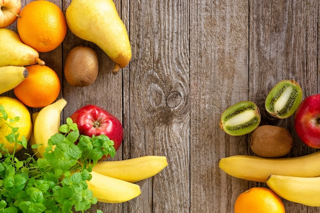 Frutta fresca su un tavolo di legno