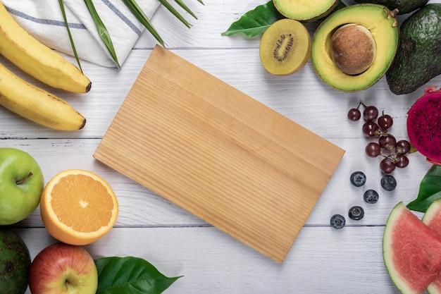 Sfondo di frutta fresca. cibo sano, sfondo di frutta fresca biologica. il concetto di alimentazione dietetica sana. vista piatta e dall'alto con spazio di copia.