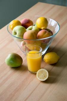 Frutta fresca e un bicchiere di succo sul tavolo