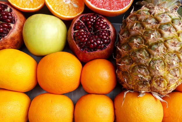 Frutta fresca arancia e melograno e ananas