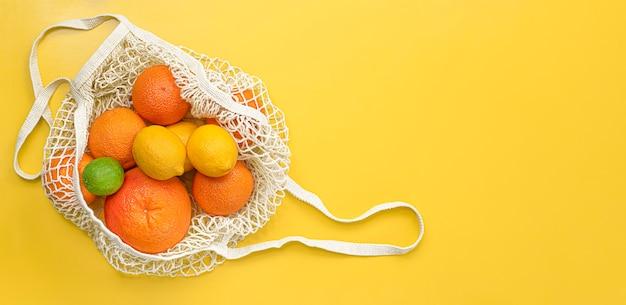 Frutta fresca in un sacchetto riutilizzabile