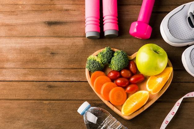 Frutta e verdura fresca in legno piatto cuore