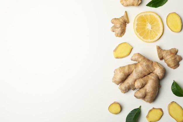 Zenzero fresco e limone su sfondo bianco