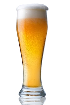 Bicchiere di birra fresca con schiuma e perle di acqua condensata.