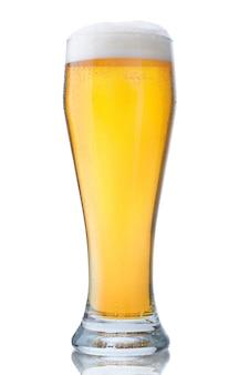 Bicchiere fresco di birra pils con schiuma e perle di acqua condensata isolate su bianco