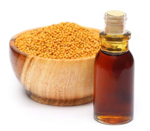 Senape dorata fresca su una pentola di legno con olio