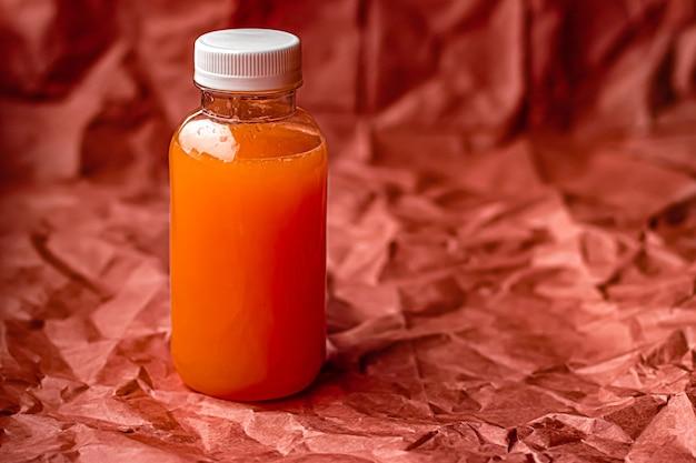 Succo di pompelmo fresco in bottiglia di plastica riciclabile ecologica e confezione di bevande salutari e concetto di prodotti alimentari