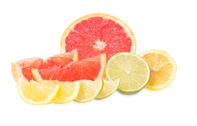 Pompelmi, limette e limoni freschi si trovano su uno sfondo bianco