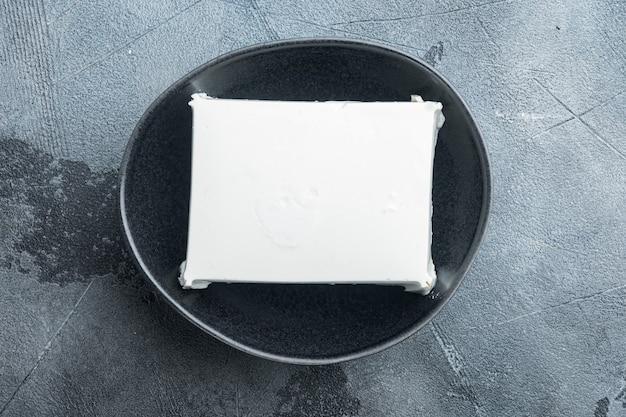 Set di formaggio feta greco fresco, su grigio