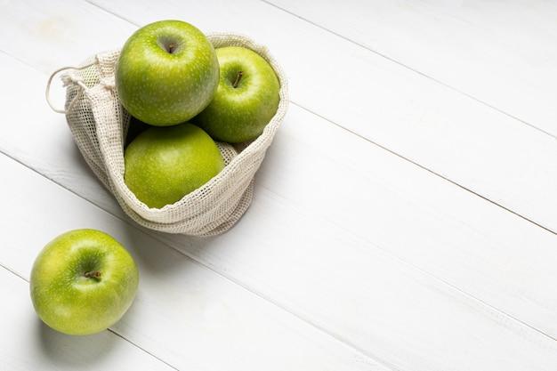 Mele verdi fresche in un sacchetto di frutta ecologico