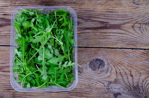 Rucola verde fresca sulla tavola di legno