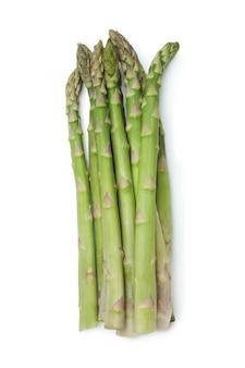 Asparagi verdi freschi isolati su priorità bassa bianca