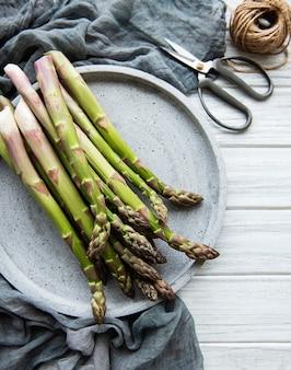 Asparagi verdi freschi sulla vecchia tavola di legno. lay piatto