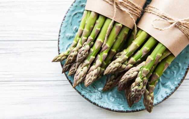 Asparagi verdi freschi sulla tavola di legno