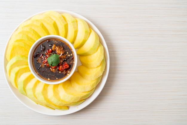 Mango fresco verde e dorato con salsa di pesce dolce immersione - stile asiatico