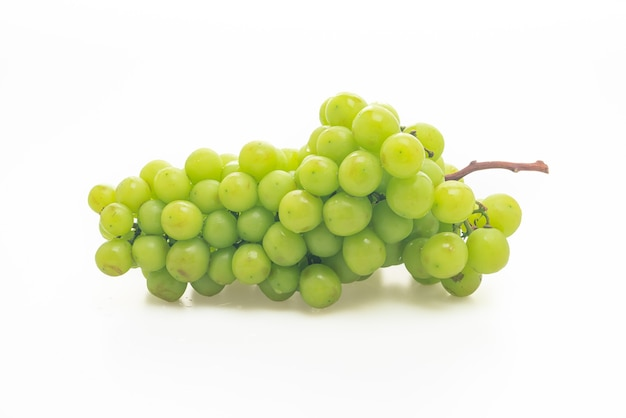 Uva verde fresca isolata su sfondo bianco